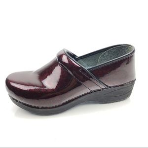 Dansko Xp 2.0 Burgundy Patent Leather Clogs